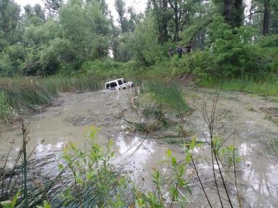 У Чернівцях позашляховик злетів з траси у багнюку – відео