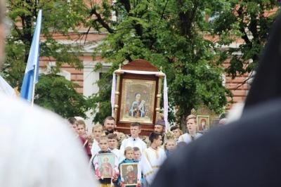 У центрі Чернівців віряни розпочали хресний хід на підтримку храмів, що переходять до ПЦУ