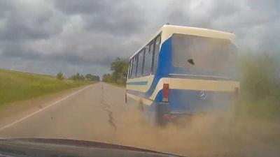 На Буковині у переповненої маршрутки на ходу вибухнуло колесо – відео