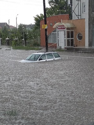 Раптова злива затопила вулиці Новодністровська – фото, відео