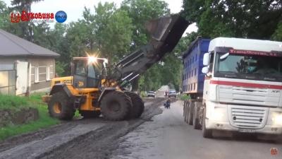 На Буковині з причепа вантажівки на дорогу вилилась маса фекалій – відео