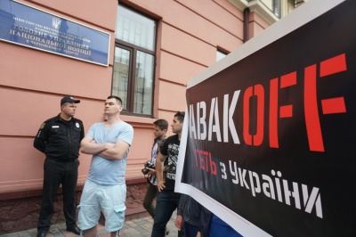 Вбивство 5-річного хлопчика: у Чернівцях активісти принесли до поліції шини – фото