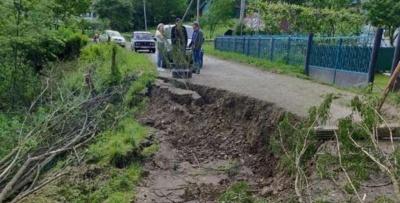 У селі на Буковині стався зсув грунту, пошкоджено 150 метрів дороги