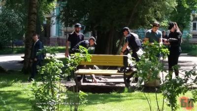 У центрі Чернівців на лавиці знайшли мертвого чоловіка – фото