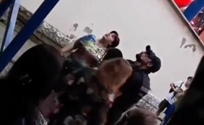 У Чернівцях під час концерту Винника фанатка вилізла на металеву конструкцію Літнього театру – відео