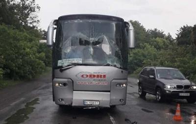 У потрійній ДТП на Буковині постраждав рейсовий автобус: двох осіб відправили до лікарні – фото
