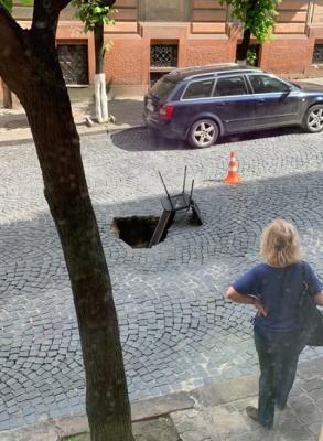 У Чернівцях провалилася бруківка на вулиці Вірменській: рух перекрито - відео