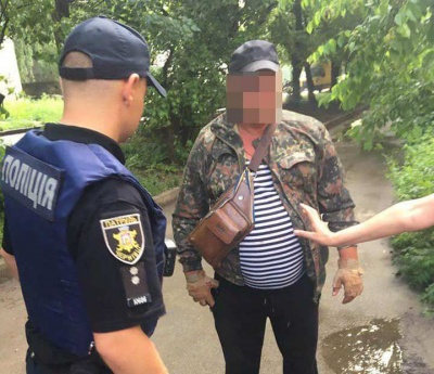 У Чернівцях під час затримання чоловік вдарив поліцейського - фото