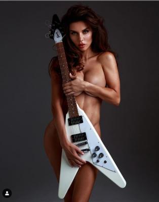 Анна Сєдокова повністю оголилася на фото, прикрившись лише гітарою - фото