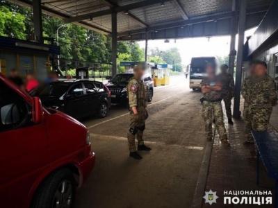 На Буковині затримали митника, який збирав хабарі за незаконне ввезення в Україну «євроблях»