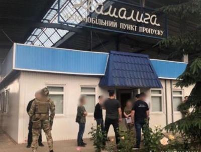 На Буковині затримали митника, який збирав хабарі за ввезення в Україну «євроблях»