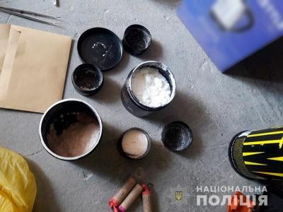 Поліція вилучила у чернівчанина психотропні речовини і вибухові пакети