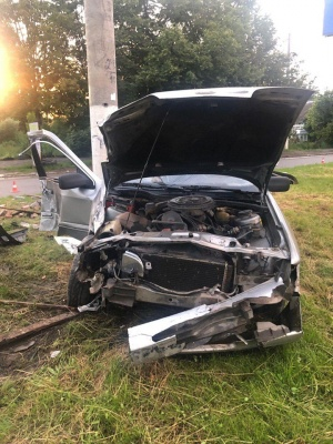 У Чернівцях водій збив електроопору, постраждав пасажир - фото