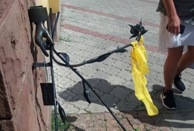Вандали знову намагались поламати пам'ятник трояндам у центрі Чернівців – фото