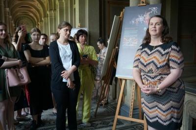 Посол Австралії привезла до Чернівців виставку масок та вино