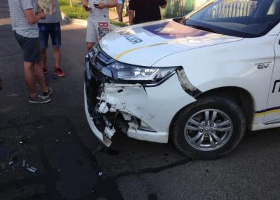 У Сторожинці легковик зіткнувся з поліцейським авто – фото