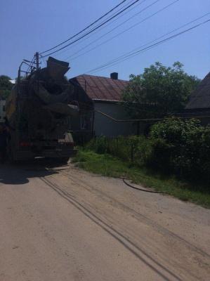 У Чернівцях бетонозмішувач збив стовп і пошкодив трансформатор – фото