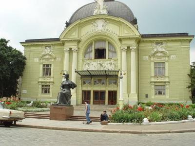 Чернівецький театр придбав автобус за 3 млн грн