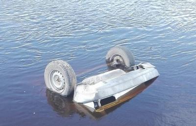 На Буковині автівка злетіла в гірську річку, водій у важкому стані