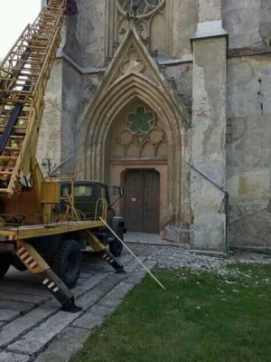 У Чернівцях на фасаді єзуїтського костелу чистять аварійні ділянки