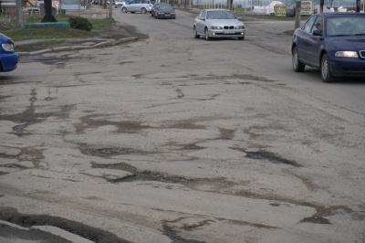 Аварійну вулицю Хотинську ніхто не хоче ремонтувати