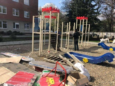 Витримав два місяці: у Чернівцях на новому дитячому майданчику вже просіло покриття