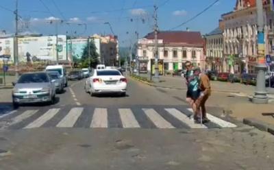 В Черновцах водитель вышел из машины, чтобы перевести дедушки через дорогу: как отреагировала сеть