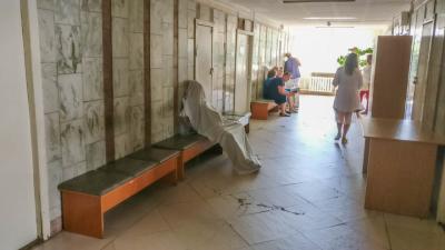У Києві жінка померла у черзі в лікарні