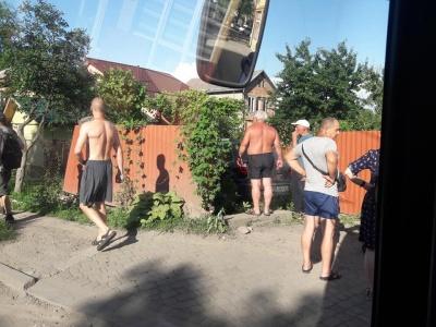 У Чернівцях легковик протаранив паркан і злетів на подвір'я будинку