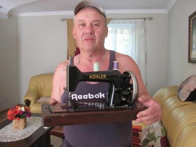 «Искал, где мог»: Черновцов собрал уникальную коллекцию редких швейных машинок - фото