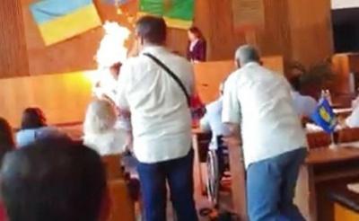 У Бердичеві чоловік підпалив себе у сесійні залі міськради - відео