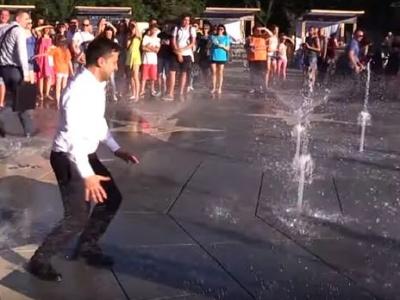 Зеленський під час візиту у Маріуполь забіг у фонтан - відео