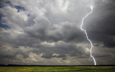 Штормове попередження: у найближчі години на Буковині очікується сильний дощ із градом