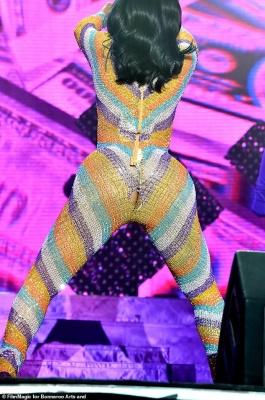 У популярної співачки тріснув костюм під час виступу