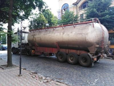 У центрі Чернівців вантажівка з цистерною обірвала електролінії – фото