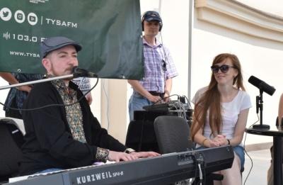 В Ужгороді піаніст встановлює рекорд — безперервний 10-годинний концерт просто неба