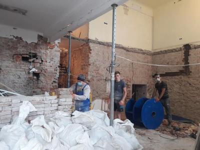 Знищення «Української книги»: у приміщенні – роздовбані стіни, вивозять австрійську цеглу – фото