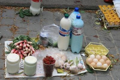 Чернівчан попереджають про небезпечну продукцію на стихійних ринках у спеку