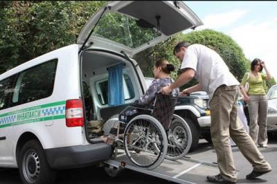 У Черкасах є спеціальне таксі, яке допомагає людям з інвалідністю пересуватися містом - відео