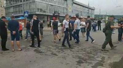 У Чернівцях активісти перекрили рух транспорту на вулиці Хотинській, вимагаючи її ремонту – відео