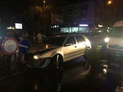 У Чернівцях у нічній ДТП на проспекті травмувалась дівчина – фото
