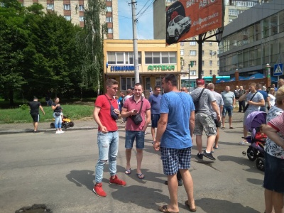 Активісти заявили, що не припинять блокування Хотинської, поки не почнеться капремонт вулиці