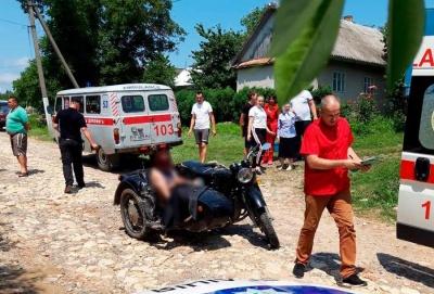 На Буковині мотоцикл врізався у припарковане авто – один постраждалий