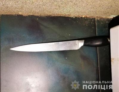У Чернівцях чоловік вдарив співмешканку ножем та втік