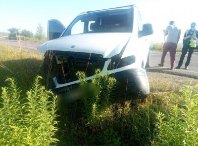ДТП на Буковині: після зіткнення з «бусом» Volkswagen злетів з траси – фото