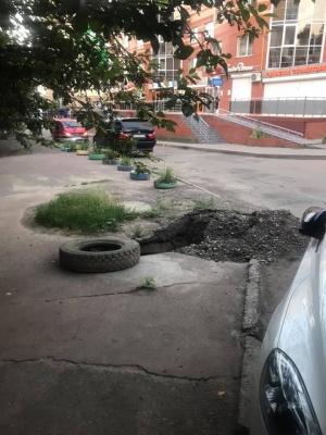 У Чернівцях посеред тротуару в спальному районі провалився асфальт – фото