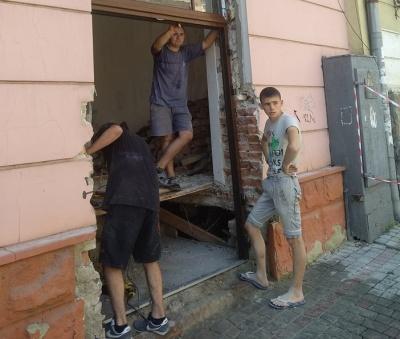 У будинку в історичній частині Чернівців руйнують фасад – фото