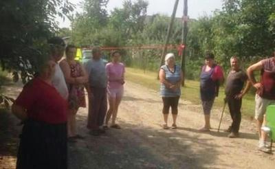 У селі на Буковині жителі блокують вулицю через вантажівки, які розбивають дорогу