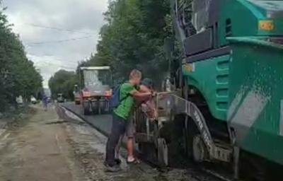Самовільний ремонт дороги: на вулиці Щербанюка почали стелити асфальт – відео