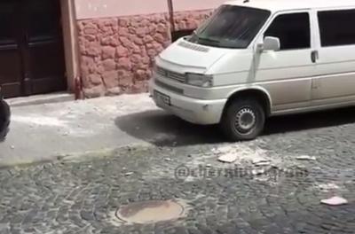 У центрі Чернівців з будинку обвалюється фасад – відео